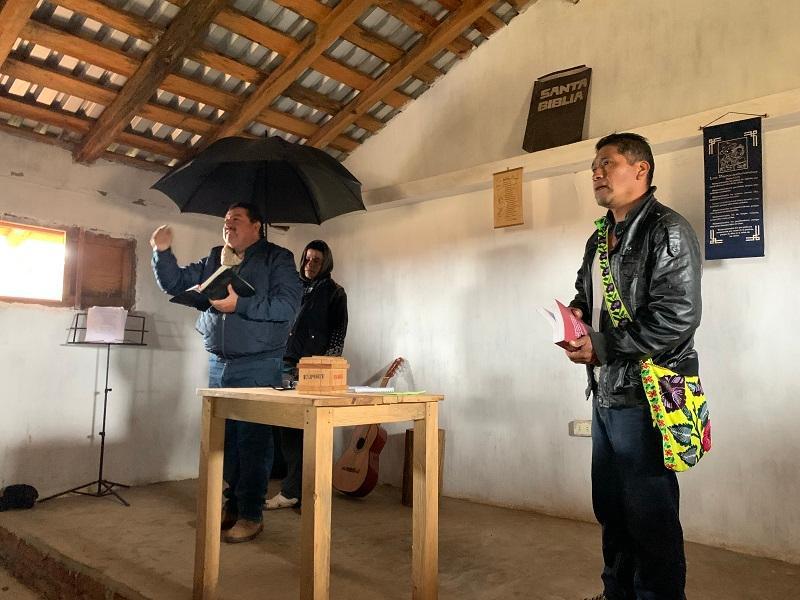 chuy preaching in cora church nayarit mexico